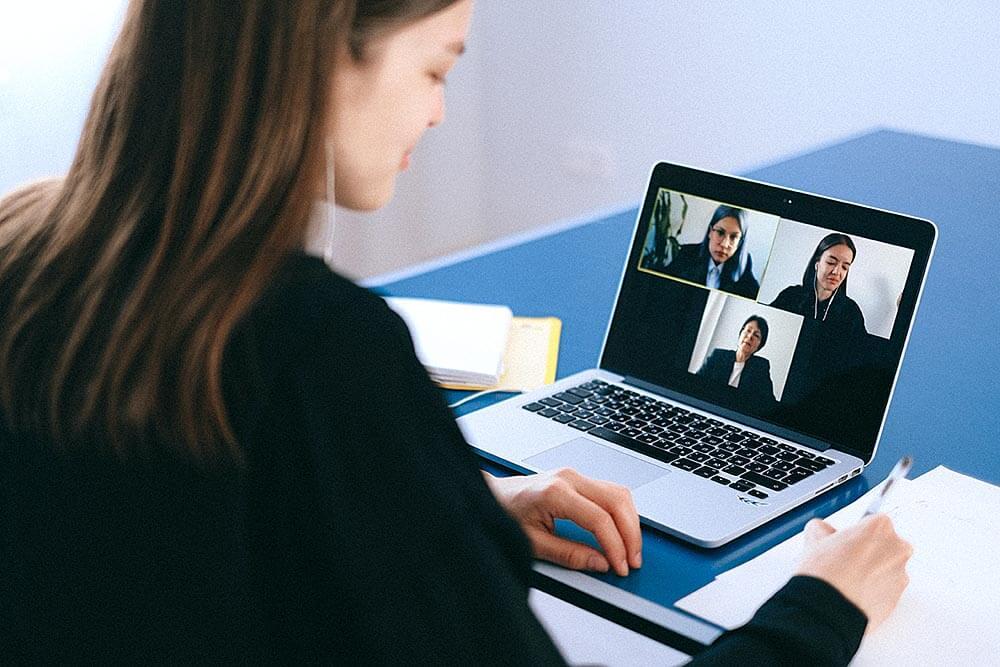 Pracownicy podczas wideokonferencji