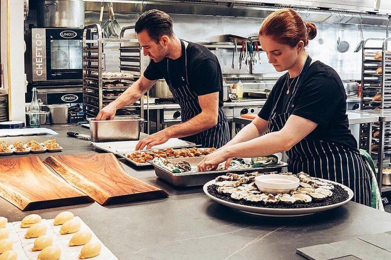kucharze przygotowujący danie wkuchni